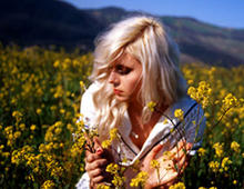 Amanda Jenssen plockar blommor
