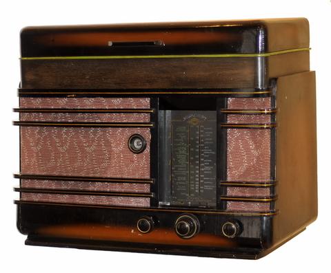 modärn musikmöbel i form av radiogrammofon