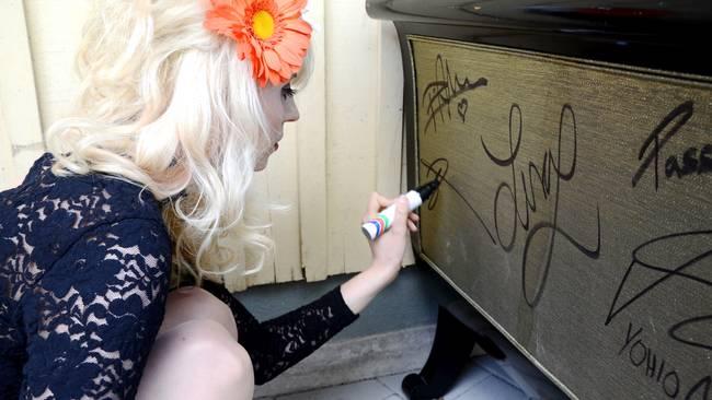 amanda jenssen signerar soffa