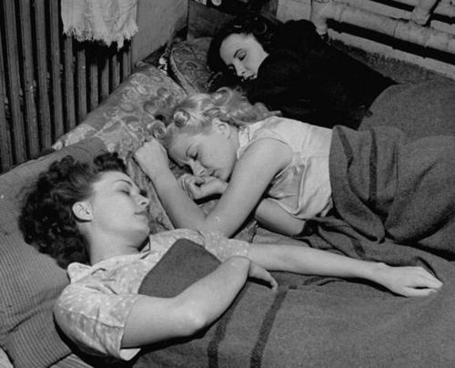 flickor i skyddsrum